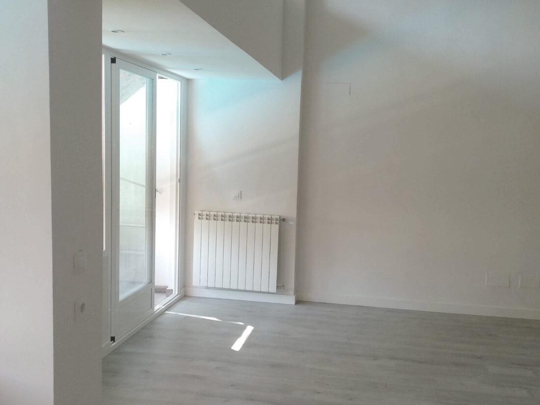 reforma-integral-duplex-retiro-edificio-singular-drekaro-salon01
