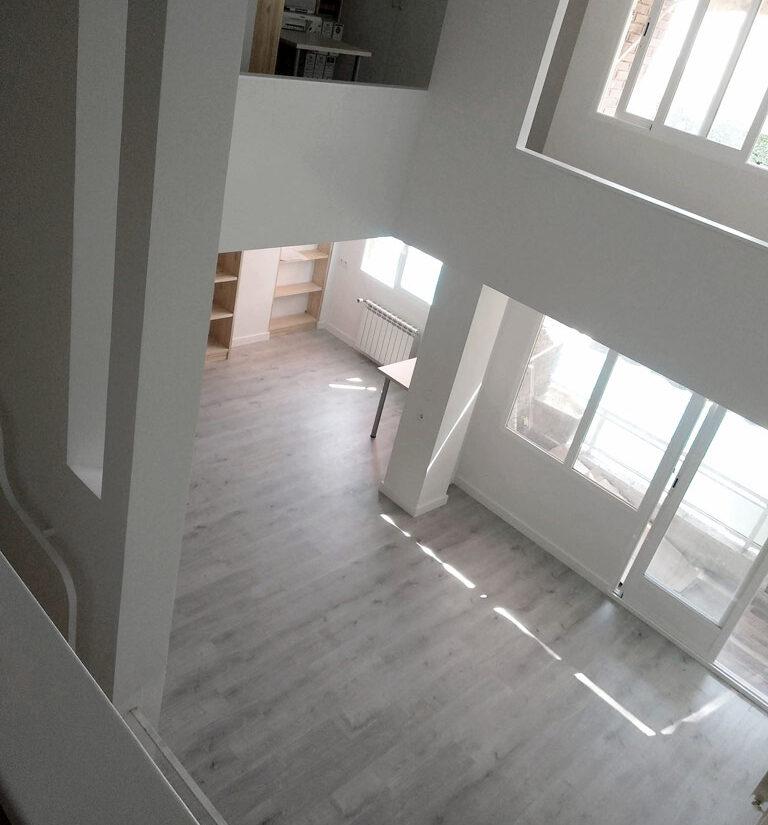 reforma-integral-duplex-retiro-edificio-singular-drekaro-salon05