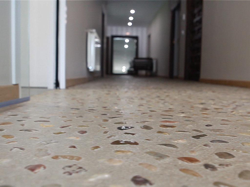 Renovación Villa Rústica | Reforma de Casa Rústica | Momentos de Intimidad | Proyecto Actuaciones Interiores | Pasillo Suelo de Bolos de Piedra | Drékaro