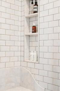 Classic Family Bath   Estanterías de Obra Ducha a la Vista   Especial Baños Familiares   Tendencias Reformas 2019   Drékaro